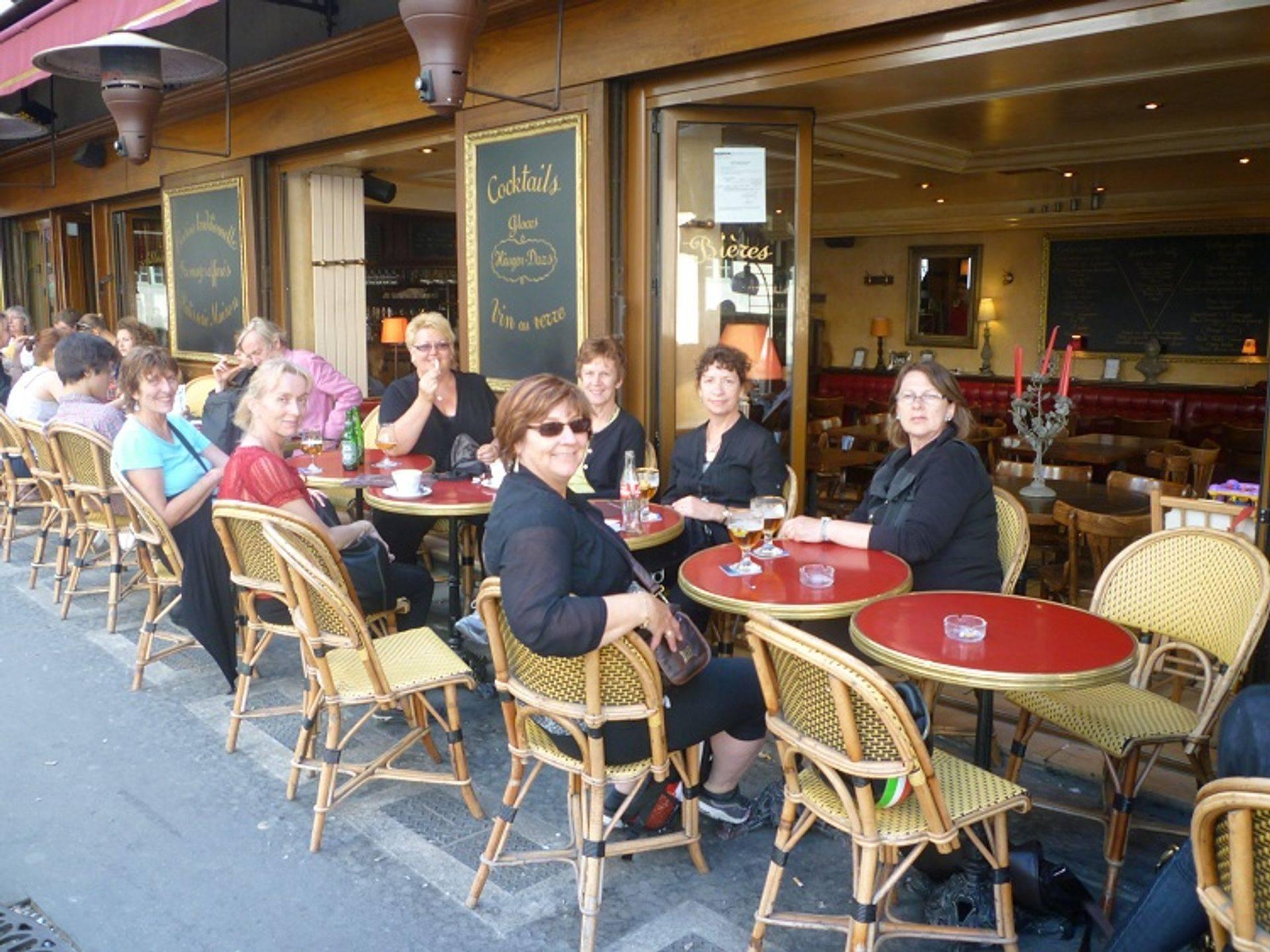 alt= Travel group in Cafe , Le Marais, Paris.