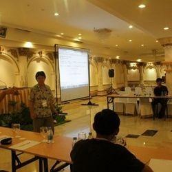 Tim Juri sedang memeriksa jawaban peserta secara langsung melalui komputer pada lomba teori OSN 2010 di Medan