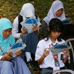 Para peserta mencoba mempelajari peta langit setelah diberi penjelasan mengenai cara pengunaannya oleh asisten.