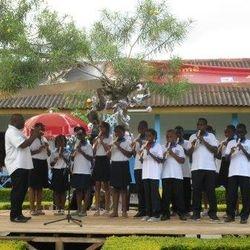 Alunos tocando flautas na Festa de Natal
