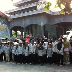 Bustanuddin Students with the Visitors from Spore.