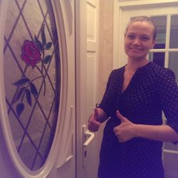 Happy smiles and thumbs up for a late night lock out saving this lady almost £220 on what another company quoted!