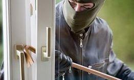 Zorg voor goede bouwkundige beveiliging. Inbrekers buitenhouden is belangrijker dan detecteren. Security Complete kan u adviseren en installeert bijvoorbeeld het juiste hang- en sluitwerk e.d.